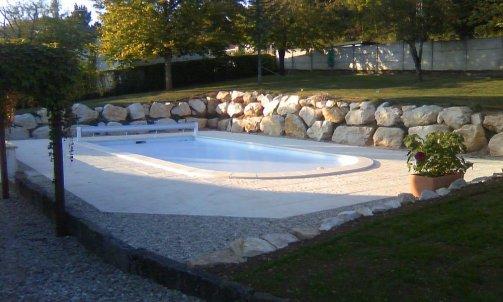 Piscine aménagée avec réalisation d'un mur de soutien en blocs de pierre